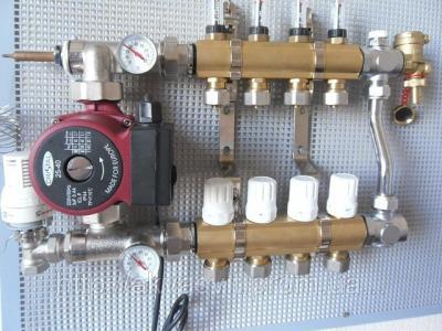 Коллектор с расходомерами на 10 выходов с насосом для водяного теплого пола в сборе.